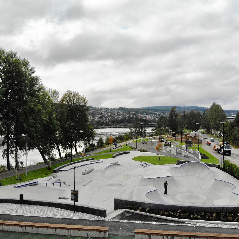 Oversikt over parken, med Glomma i bakgrunnen.