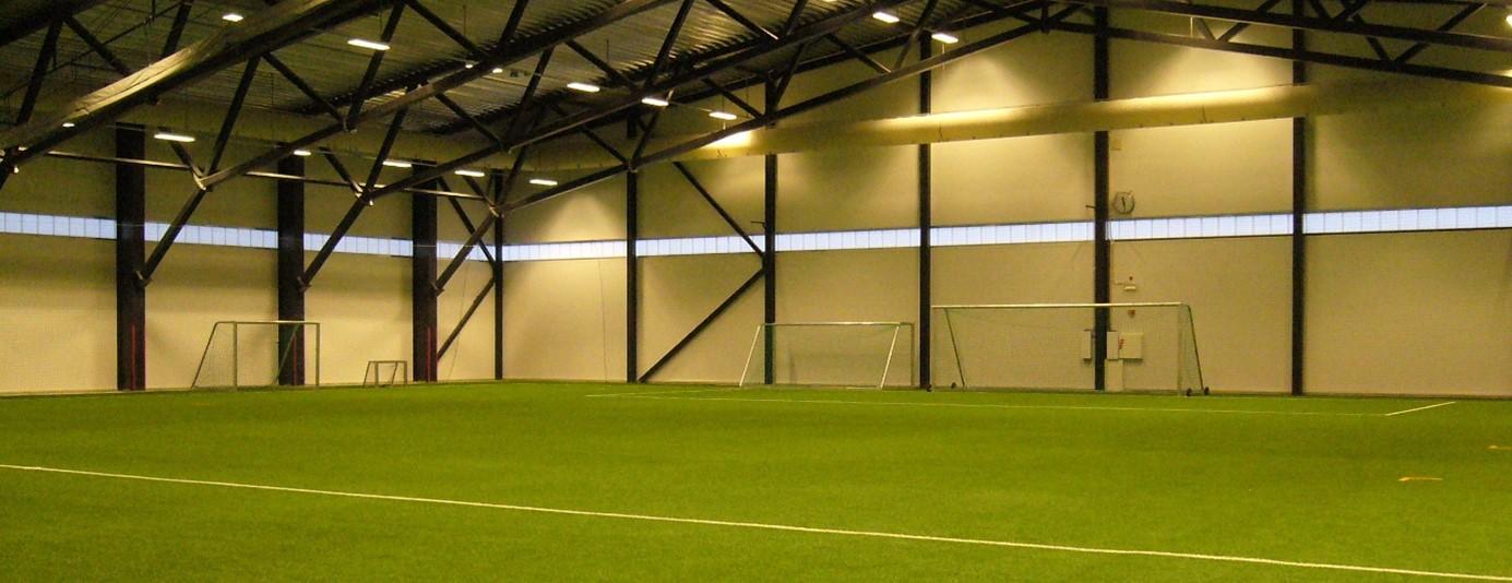 Innside av fotballhall.