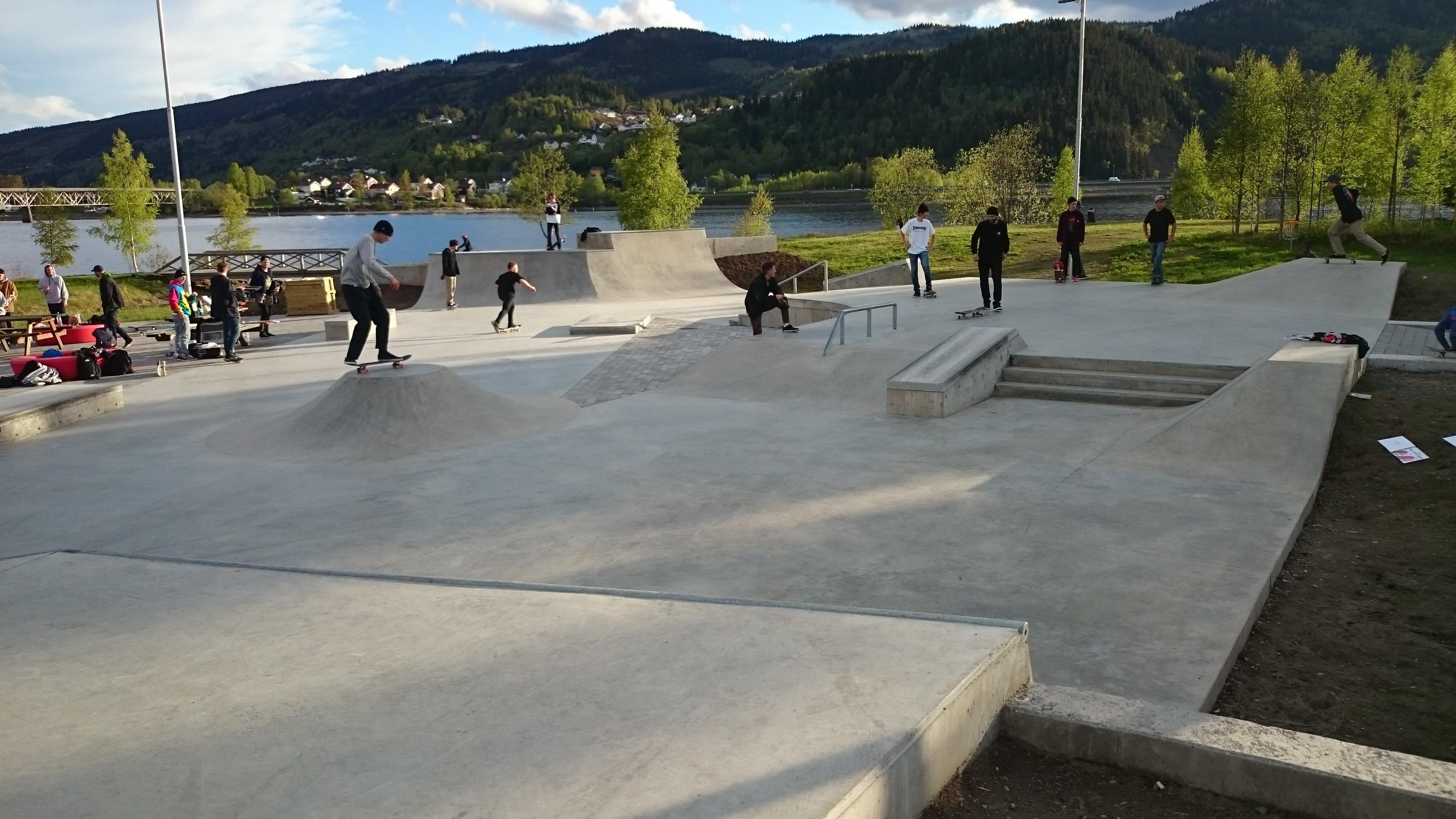 Lillehammer skatepark på åpningsdag med øverste plan i bruk