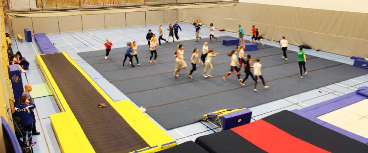 Aktivitet på matter på turnområde i idrettshall