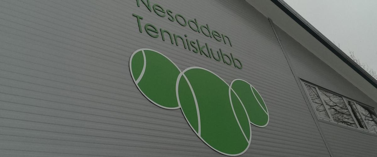 Bergerhallen Nesodden tennisklubb, utside med logo på vegg