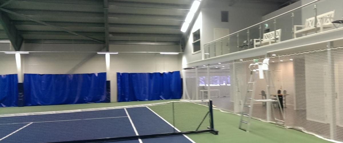 Innendørs tennishall, tennisbane