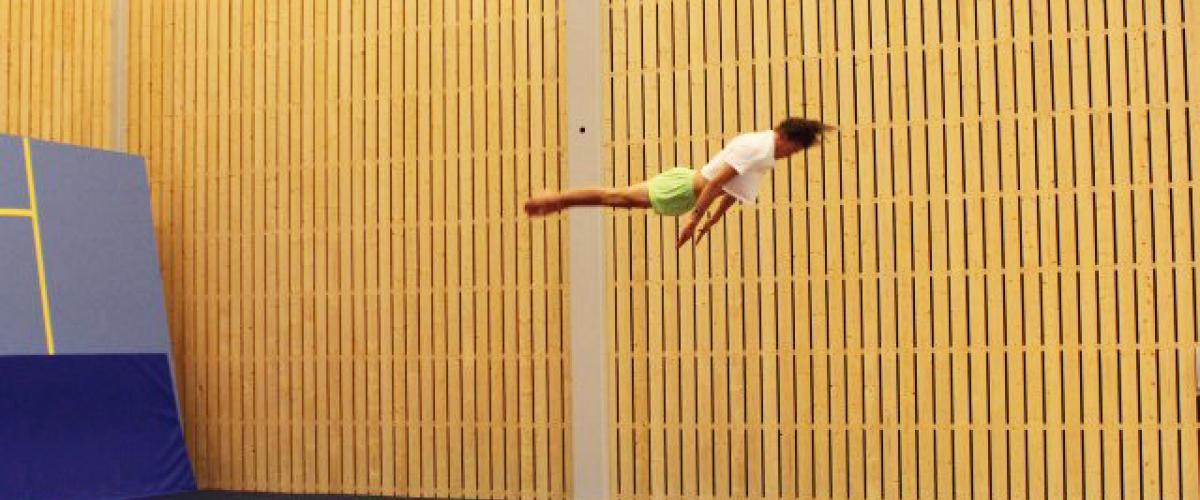 Turner i luften over trampoline og matter
