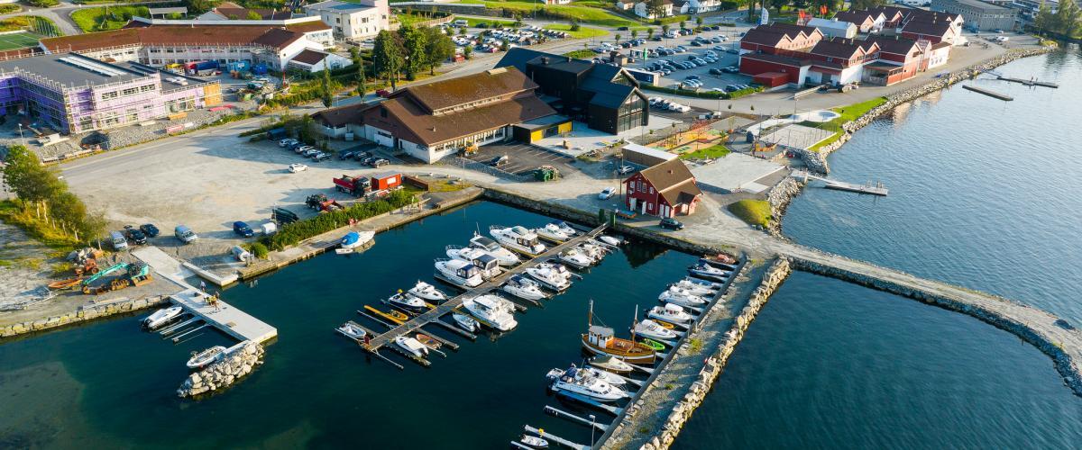 Havn med aktivitetspark og båter.