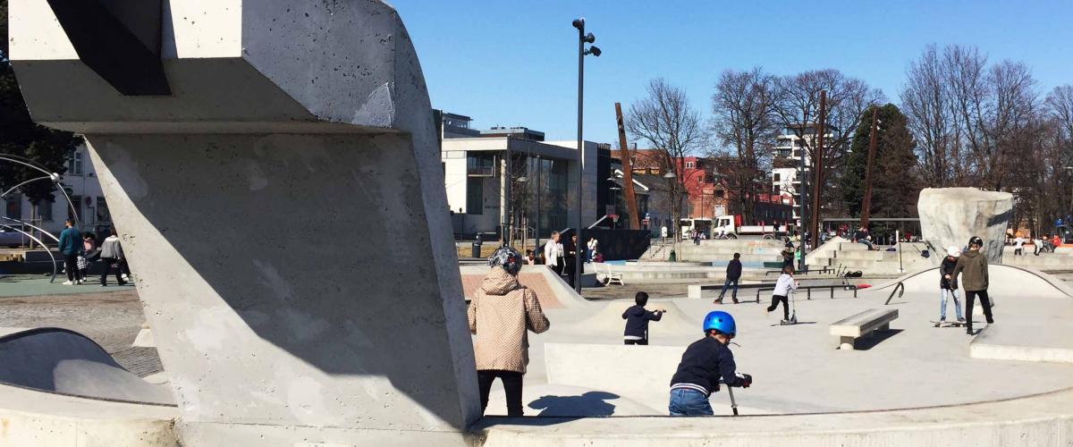 """Rulleanlegg i Jernbanparken med utforming i en """"betongsvan"""""""