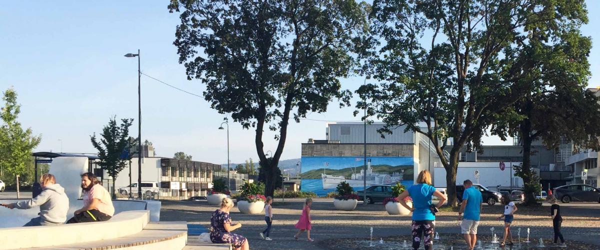 Multibenker og lek i fontene i Jernbaneparken