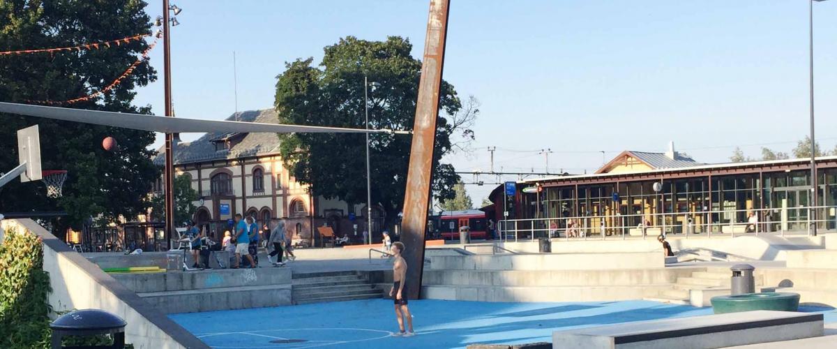 Streetbasketbane og scene i Jernbaneparken.