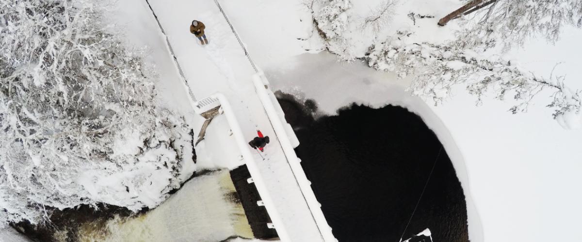 Fugleperspektiv over leirsjøen vinterstid, med mye snø.