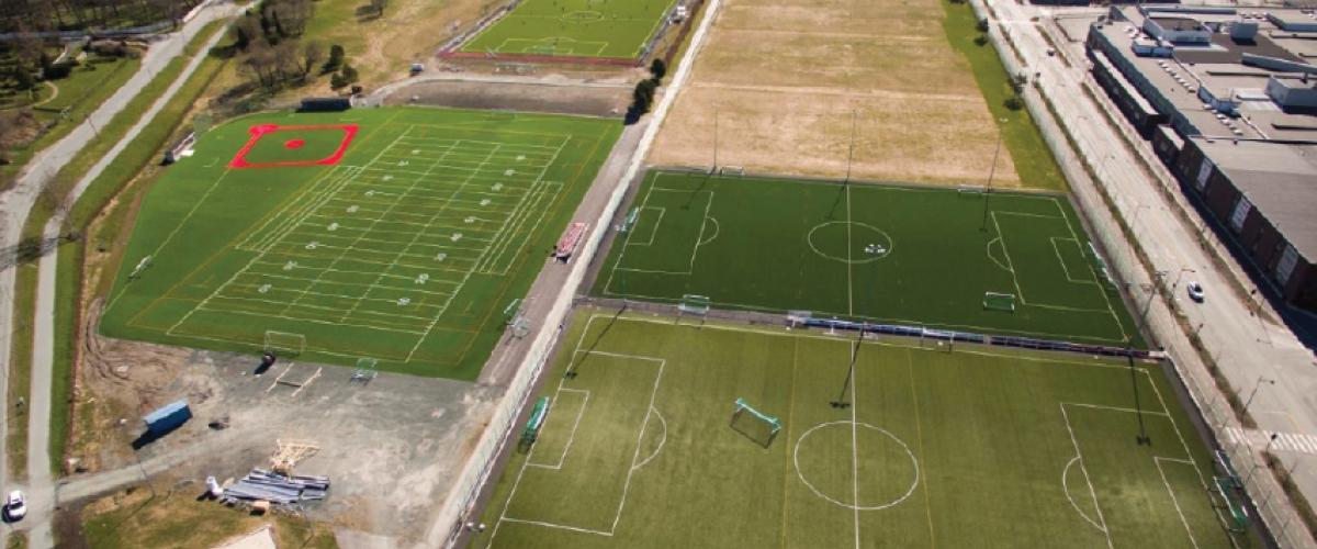 Lade idrettspark med tre fotballbaner, en kunstgressbane for amerikanske idretter, sandvolleyballbane, samt tre baner under bygging