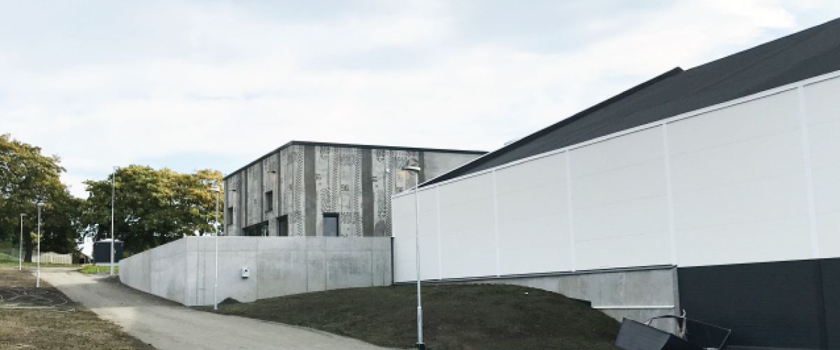 Fasaden til driftsbygg ved Trondheim Sportsarena