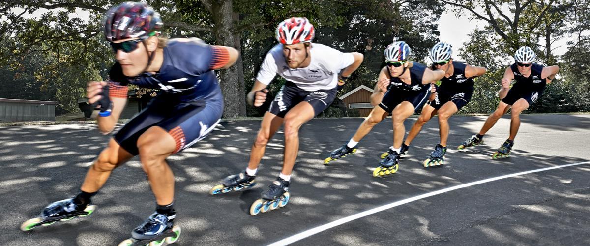 Fem rulleskøyteløpere tett etter hverandre i sving