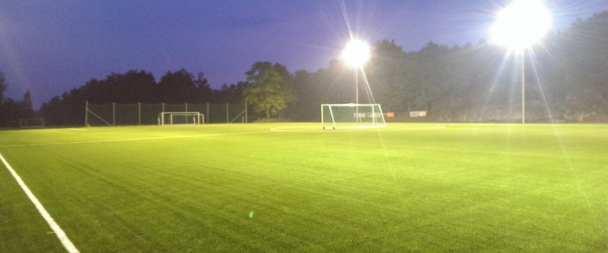 Fotballbanens lyskastere gir god belysning om kvelden