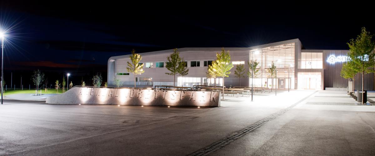 Kveldsbilde av Sparebanken Sør Amfi, utenfra.