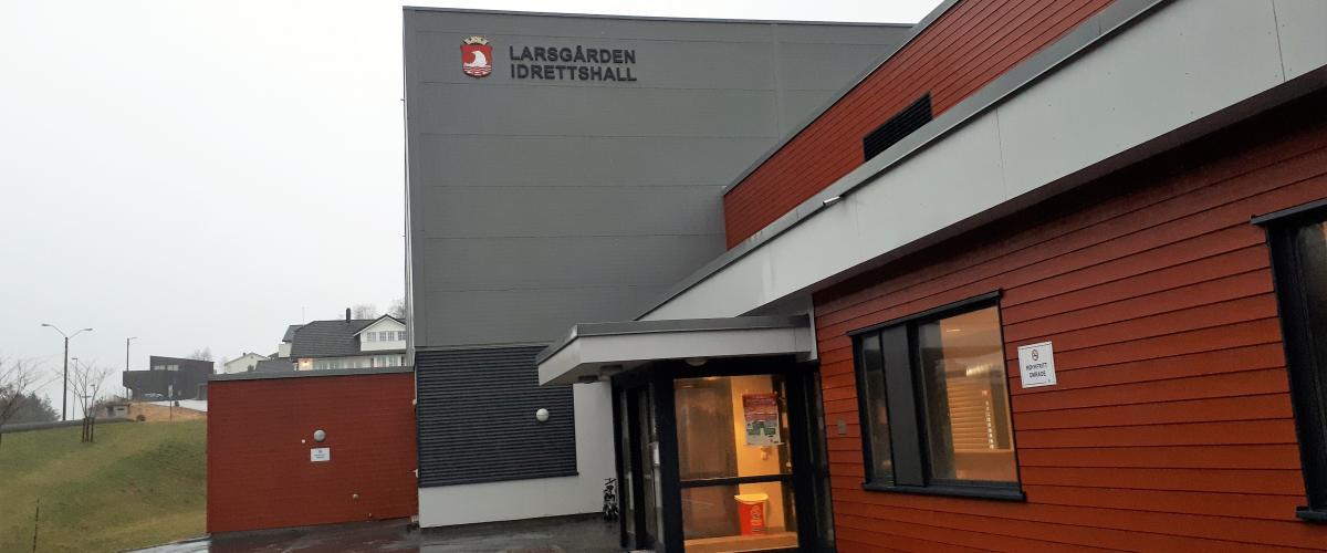 Hovedinngang Larsgården Idrettshall