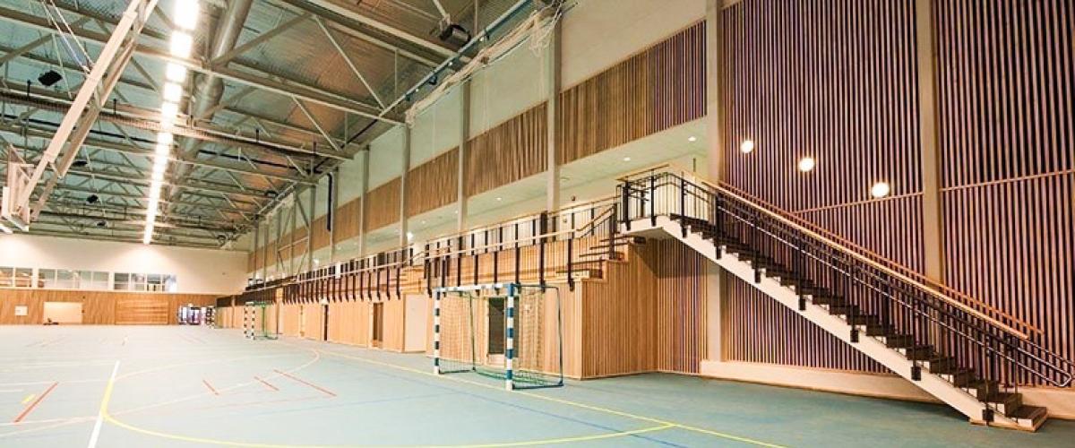 Innside av idrettshall, håndballbaner