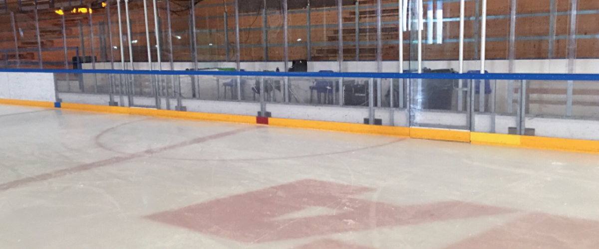Ishockeybane med gjennomsiktig vant