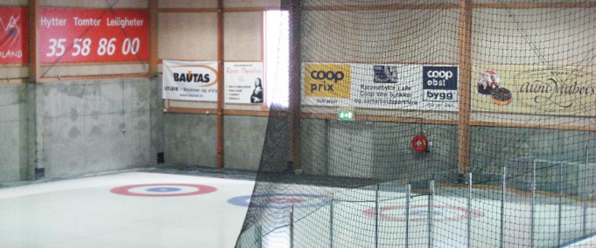 Curlingbane bak ishockeybanen. Beskyttelsesnett er plassert mellom banen.