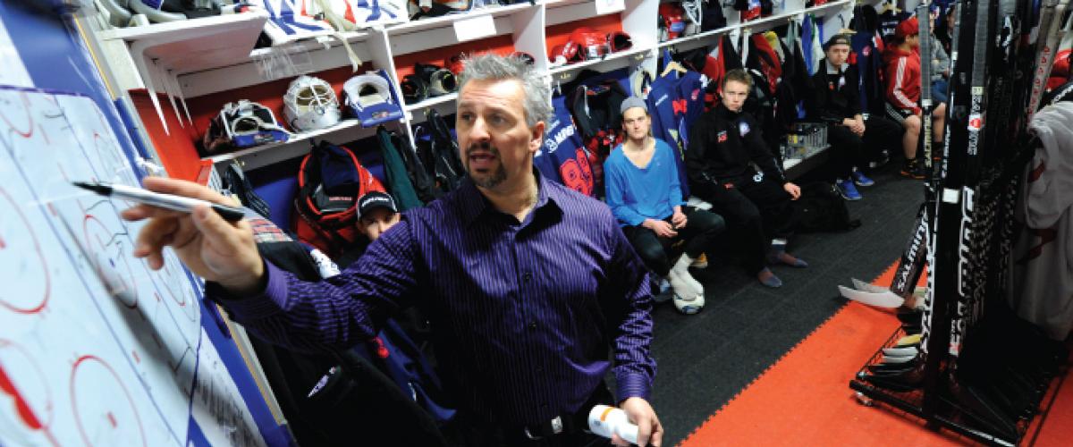Trener gjennomfører taktikkprat i garderoben.