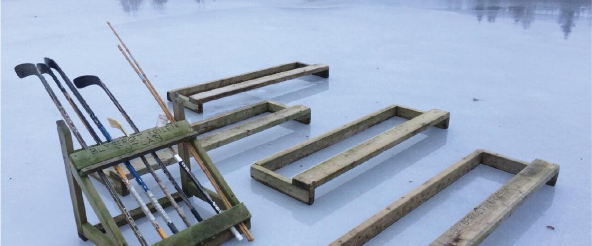 Ishockeykøller i stativ på naturisbane