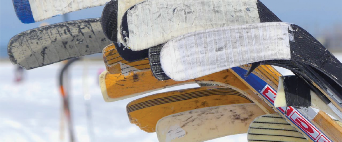 Nærbilde av ishockeykøller