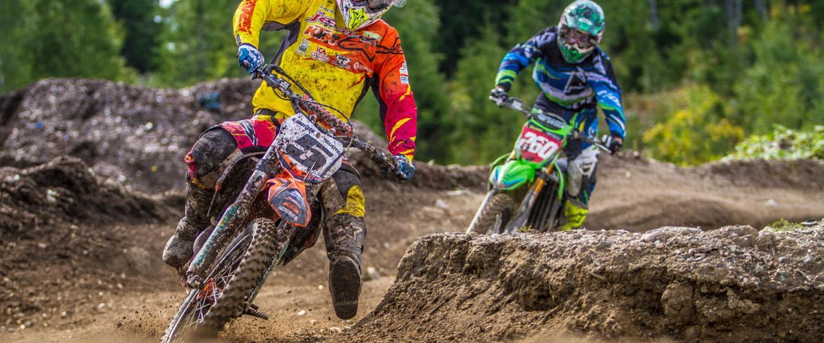 To motocrosser kjøres i løypa