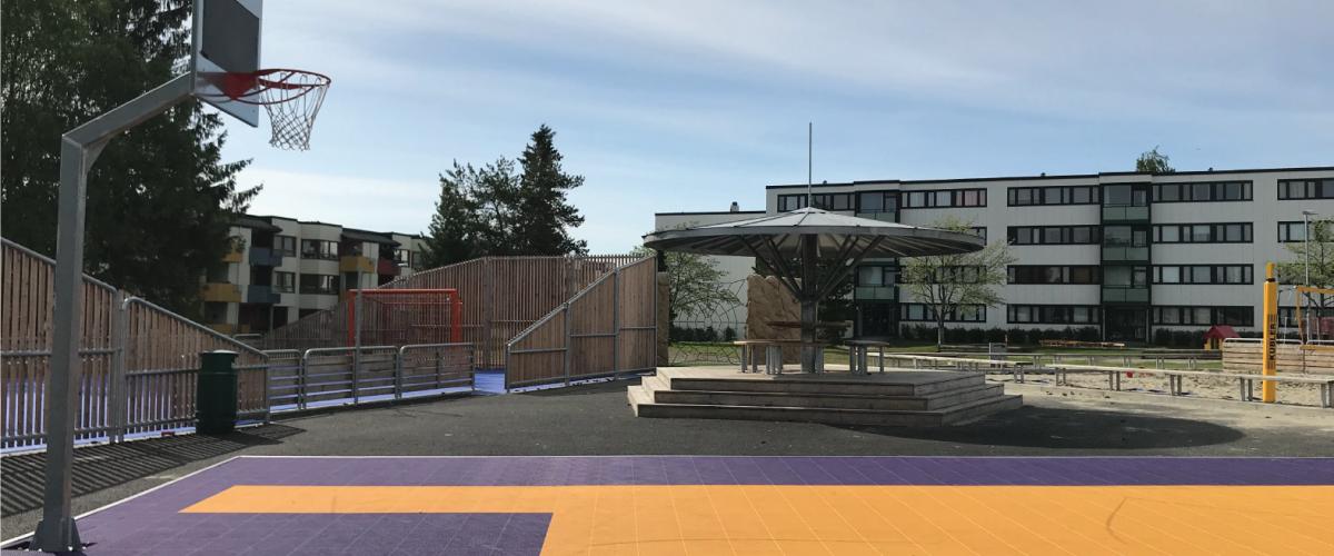Basketballbane og ballbinge i boligområde