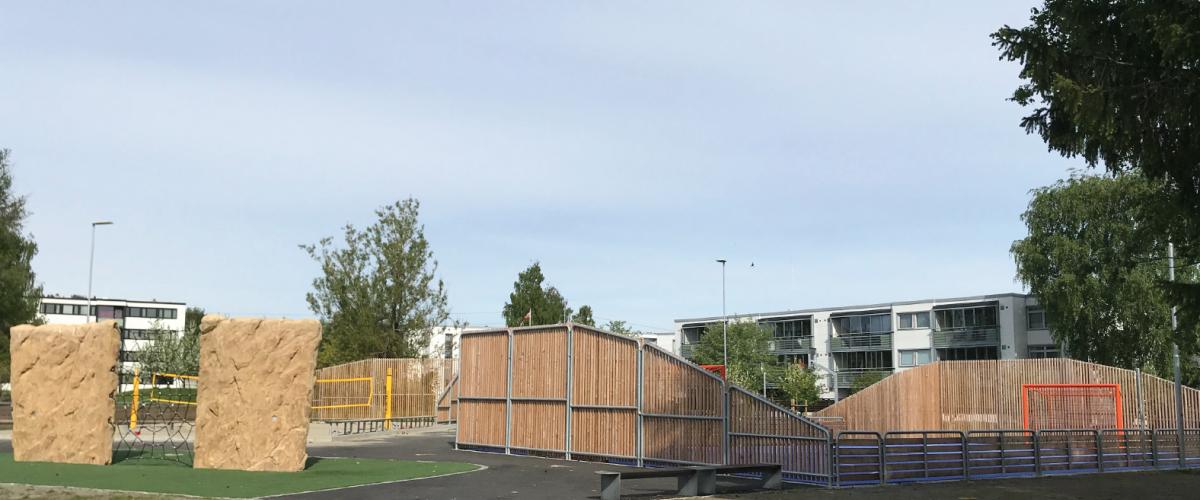 Ballbinge, sandvolleyballbane og klatrestein med etterkoppnett i boligområde