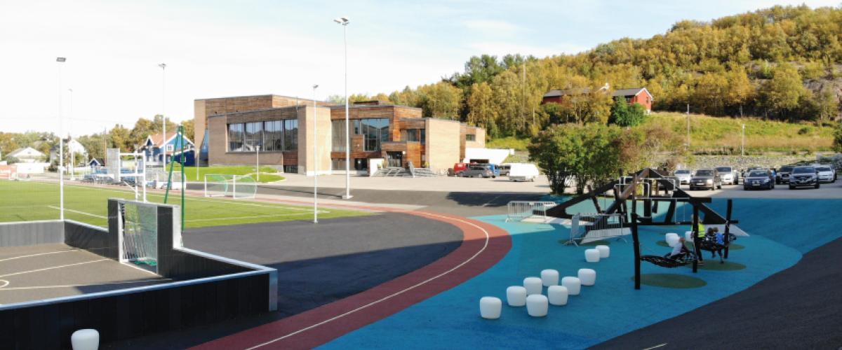 Idrettspark med kunstgressbane, basketballbane, løpebane og andre aktivitetsapparater