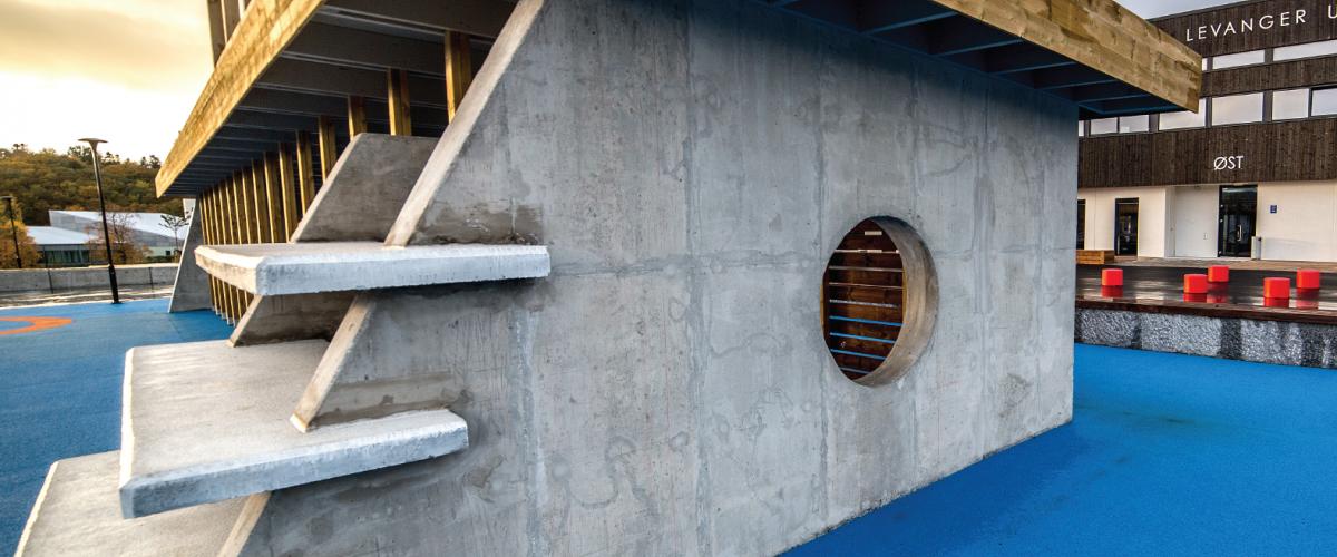 Turne- og klatreanlegg i betong med takplatå av tre