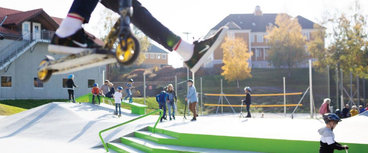 Rullepark med ungdom på sparkesykkel