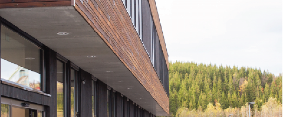 Fasaden til Kraft II, med skogområde i bakgrunnen