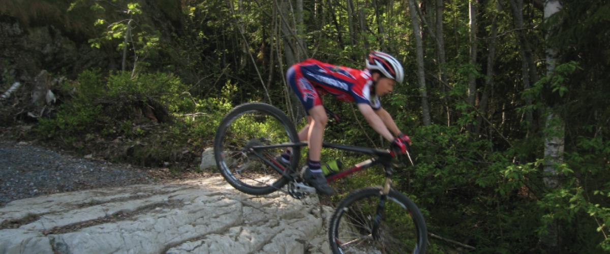 Syklist som sykler nedfor en bratt sti