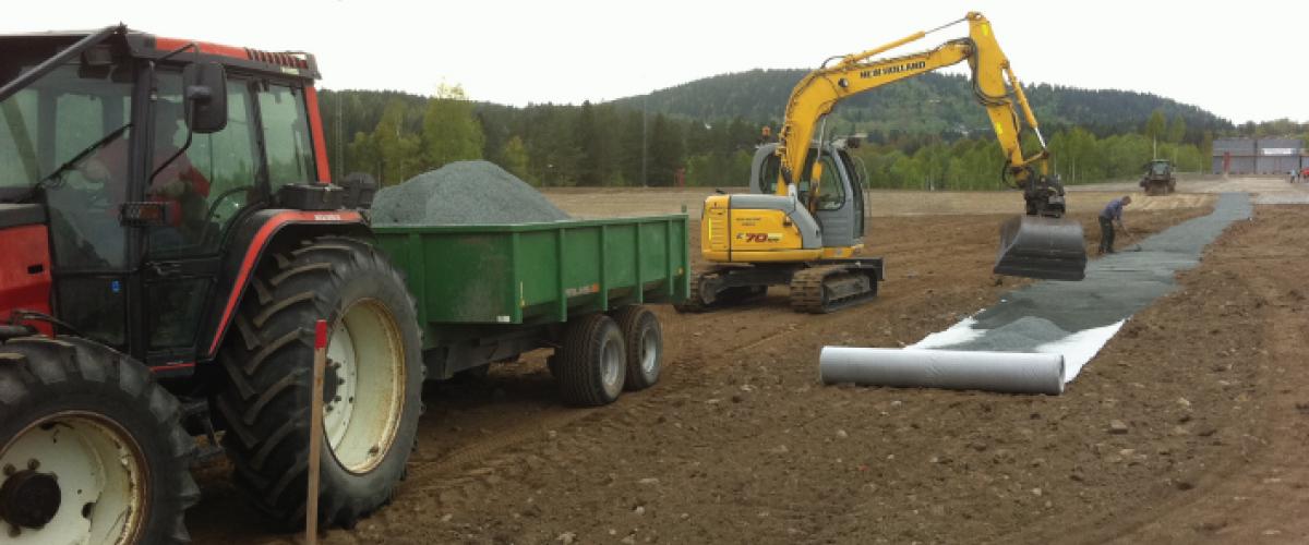 Traktor og gravmaskin anlegger løype