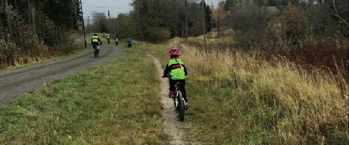 Ung syklist på sykkelsti
