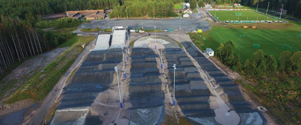 BMX Arena sett fra luften med fotballbane i bakgrunnen til høyre.