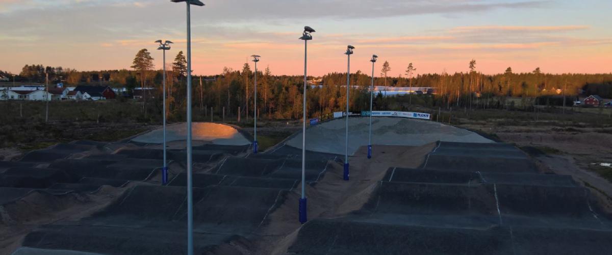 Råde BMX Arena på kveldstid for solnedgang