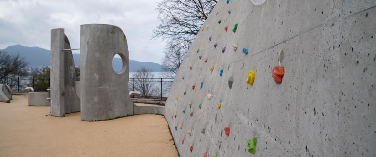 Klatrevegg og parkourelementer i parken Lydbølgen