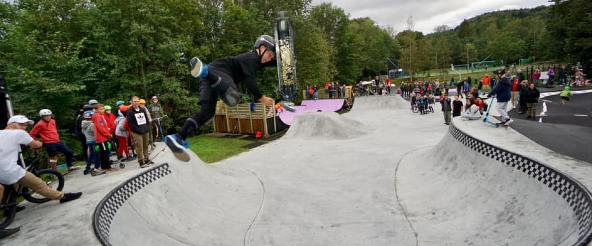Hvalstad aktivitetspark, betongparken med ung sparksyklist.