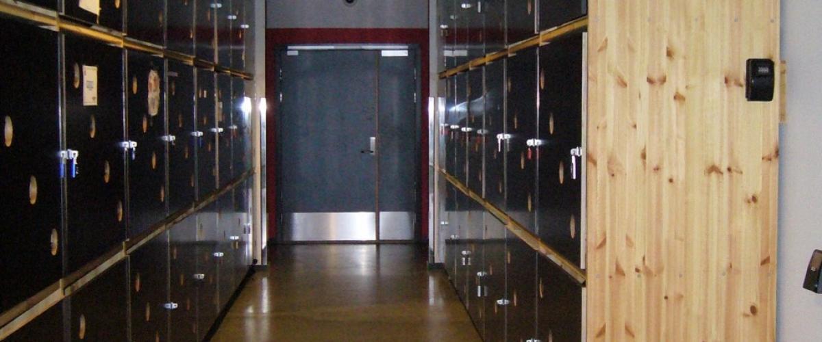 Korridor med utstyrsskap langs veggene