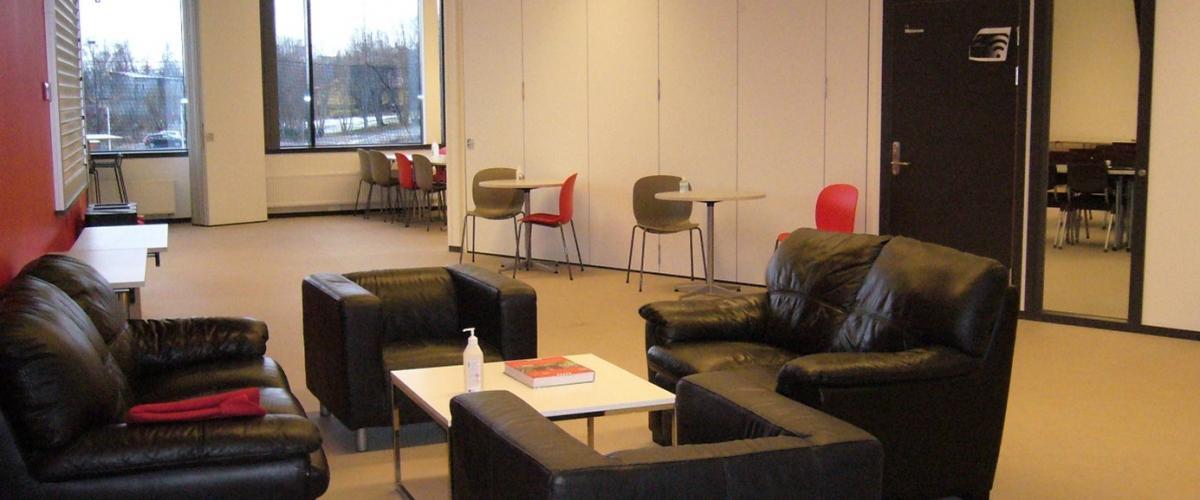 Oppholdsrom med sofa og gode stoler.