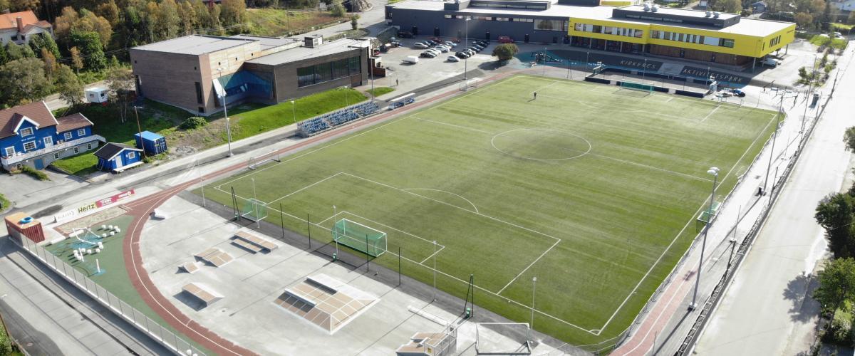 Aktivitetspark med kunstgressbane, fotballbinge, løpebane og flere aktivitetsapparater