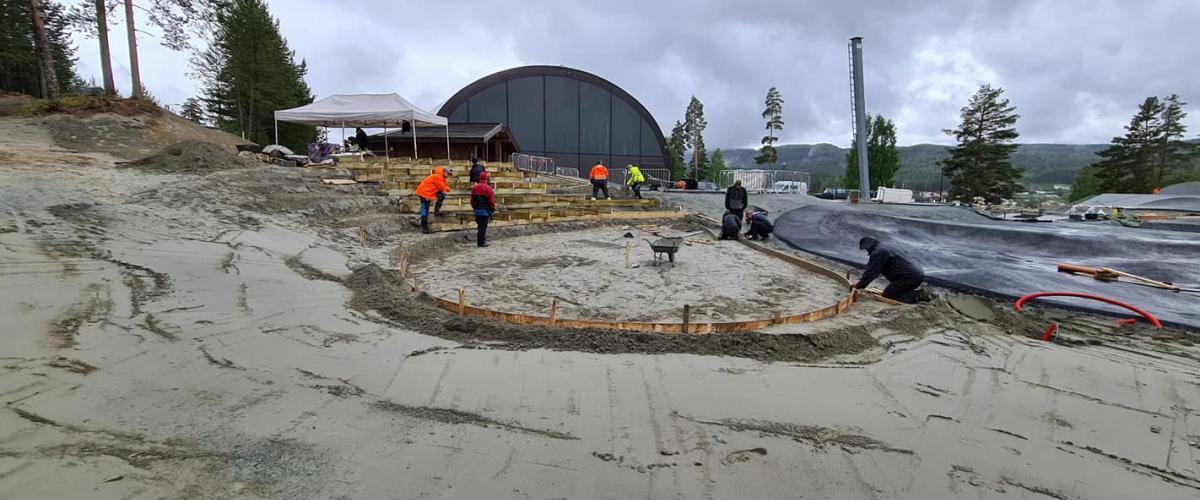 Dugnadsgjeng i gang med betongdekkelegging rundt amfi.