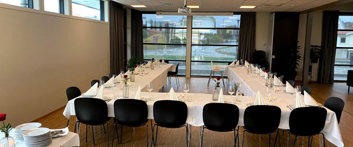 Bord dekket til fest i sosialt rom i Kuleisen