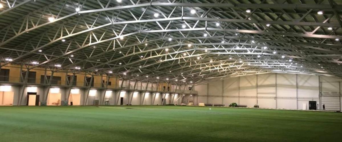 Innsiden av fotballhallen, kunstgressflate
