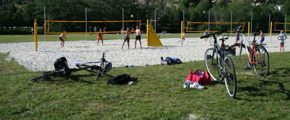 Tre sandvolleyballbaner med høy aktivitet