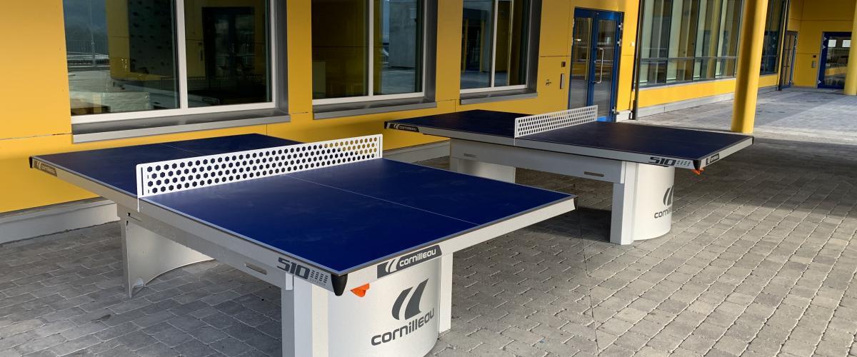 To utendørs bordtennisbord