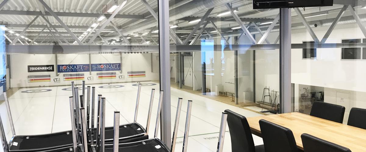 Leangen curlinghall cafe med utsikt inn til hallen