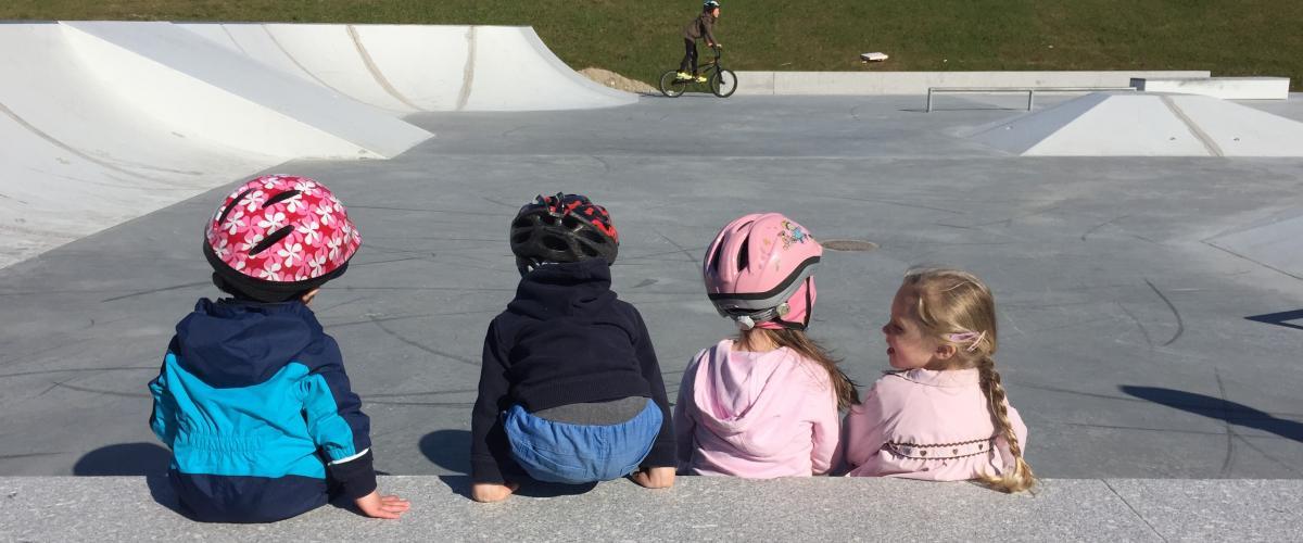 Barn i skatepark
