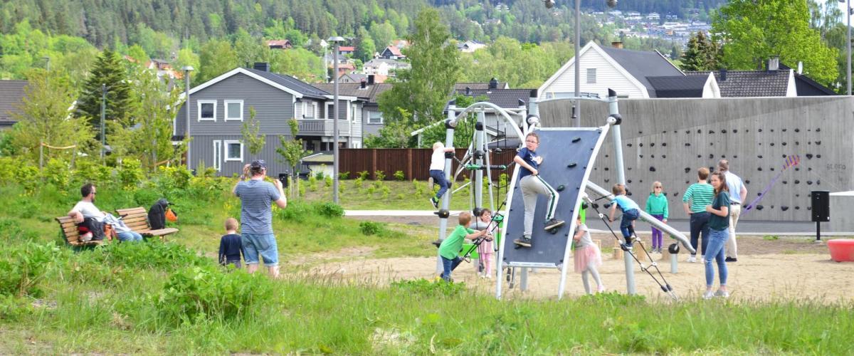 Barn som leker i klatrestativer