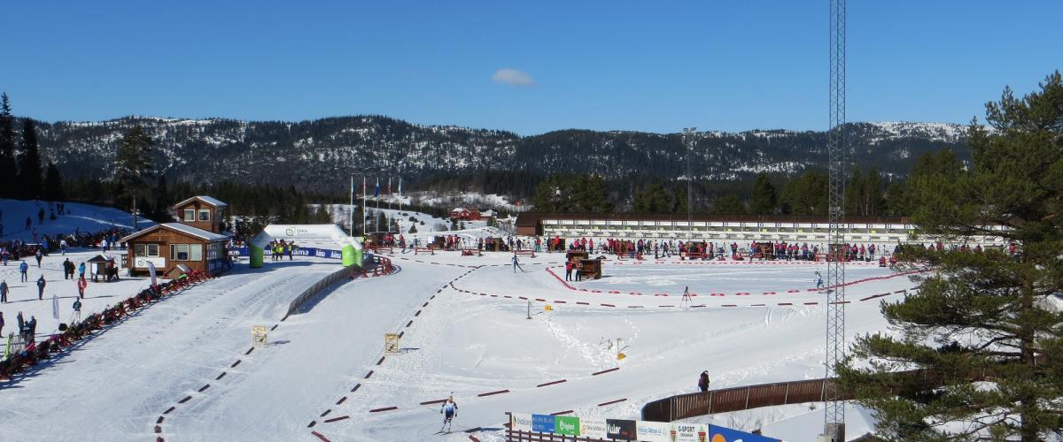 Skiskyttere på skistadion med standplass